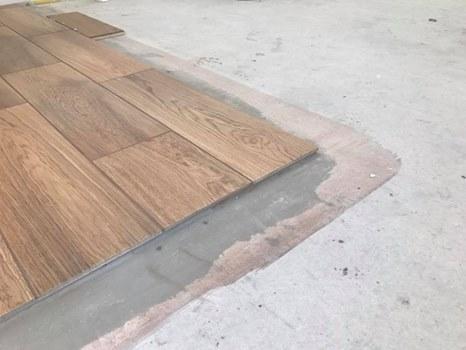 Podłoga drewniana, płytki na ogrzewaniu podłogowym